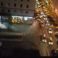 人や車が集まって、人だかりが。