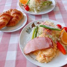 京の朝食。なかなかの量です。