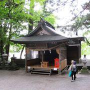 金鱗湖に鎮座する神社です