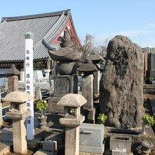 遠山金四郎景元のお墓