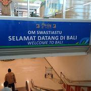 観光客で激しく混みあう空港