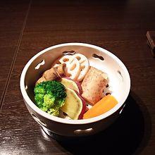 「蒸し野菜(700円)」は味がついているのでそのままで。