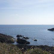 高台に立つ白い灯台と青空、広大な海の風景が見事です