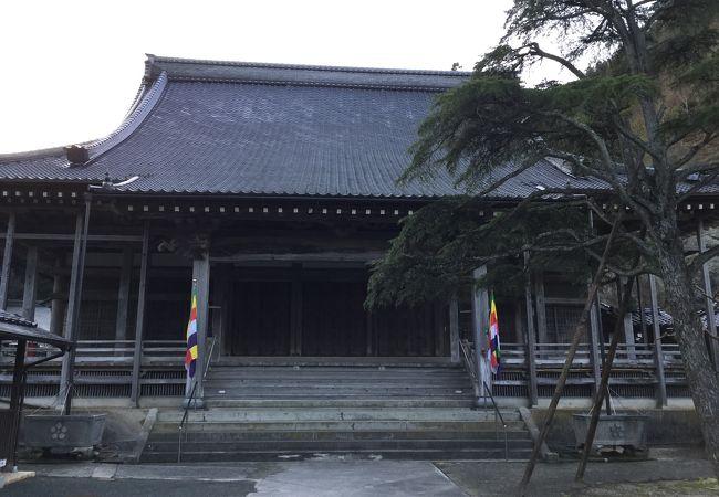 温泉街にある大きな寺です
