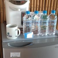 無料のミネラルウォーター、コーヒー、お茶がありました