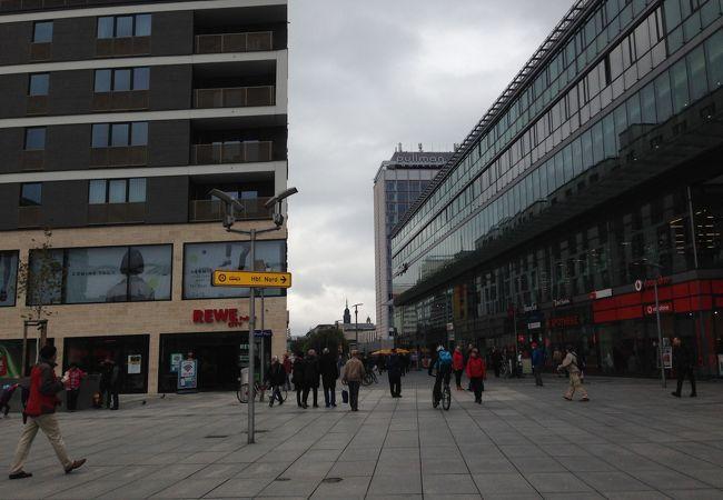 駅から旧市街へ続く大通り