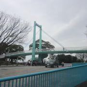 野毛山動物園の正門前にかかる歩道橋