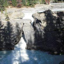 ヨーホー国立公園内のエメラルドレイクに行く途中にあるキッキング・ホース川にかかる自然にできた石の橋です。