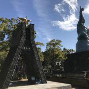 平和祈念像の隣にある黄金の鶴