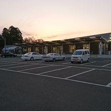 道側から見ると地元農産物販売所。