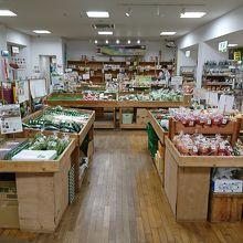 店内はお土産品と農産物コーナーに分かれます。