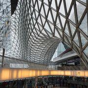 ガラス建築のショッピングセンター