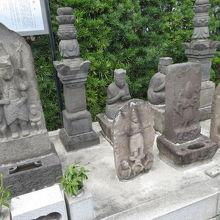 左側がその庚申塔