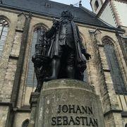 バッハの銅像が目印です