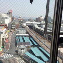 部屋のドアのすぐ前からJR茨木駅が見下ろせて眺め良し
