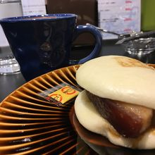 カフェコーナーで角煮まんじゅうとお茶