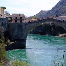 かつて戦争で破壊された橋も修復されている