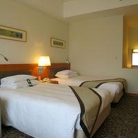 客室も木の温もりの伝わるアースカラー、ベッドも良いものでした