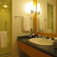 ガラスの向こうには洗い場付のバスルーム