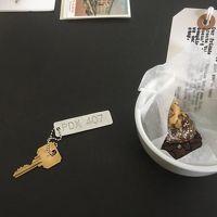 鍵とメッセージが添えられたお菓子
