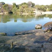 正面には大泉水が、お庭の全体を見ることができるのよー