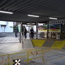 改札口は、入口と出口で別。出口改札は直接外に出ます。
