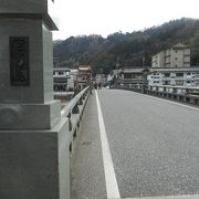 橋のたもとに河原湯があります