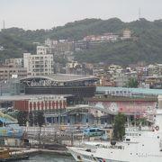 基隆駅近くの海洋広場は基隆港に停泊している大型客船を観賞するベストスポットです。