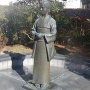 新勝寺への参道に建つ像