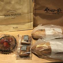 四角いお菓子は「薬菓」木ノ実が入っています。