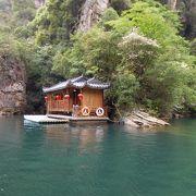 静かできれいな山間の湖