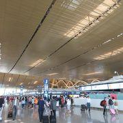 新しくてきれいな空港。ただし24時間オープンではない。