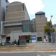 縮景園の入り口の隣の現代的な建物です