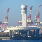 港の入口高台に建つ心地よいシンボル