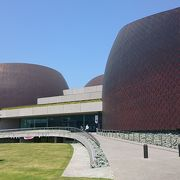 JR新居浜駅からすぐの印象的な外観の建物にある総合文化施設、美術館に行ってきました