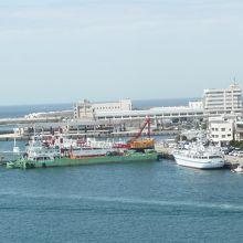 橋の上から見た三崎漁港