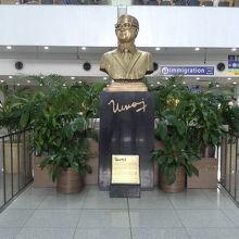 ニノイ・アキノ空港の名前はこの人から