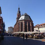 聖霊教会の前にある広場
