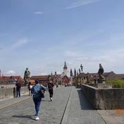 聖人像が橋の両脇に飾られています。
