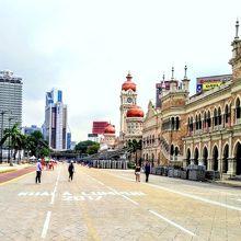 独立を喜ぶ市民の憩いの広場となっています。