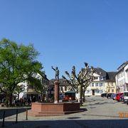 小さな広場なのですが、小さな街のリューデスハイムにとっては「大きな広場」