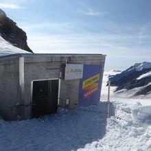 鉄道駅を出ると、夏でも雪に覆われた景観が広がっています
