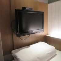 ベッドに寝ころびながらTVが見られる位置に配置されています。