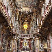 外観と内部のギャップが激しい教会