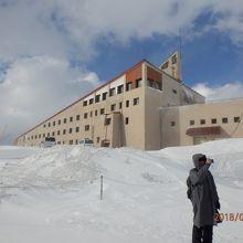 雪の中のホテル