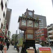 甘酒横丁の左右に町火消衆と江戸落語のからくり時計がありました