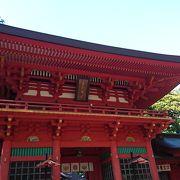 緑の中に映える楼門