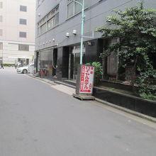 裏路地にある入り口