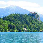 ここから見るブレッド湖と聖母被昇天教会が綺麗です.入場料が必要です.