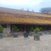 広々とした庭園風の帝陵